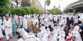 پشاور،لیڈی ہیلتھ ورکرز مطالبات کی عدم منظوری کے خلاف خیبرپختونخوا اسمبلی کے سامنے دھرنا دیے بیٹھی ہیں