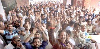 لاہور،واسا ملازمین مطالبات کی عدم منظوری کے خلاف واسا دفتر کے سامنے احتجاج کررہے ہیں