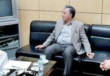 صوبائی وزیر تجارت میاں اسلم اقبال سے چیئرمین پاکستان یوٹیلٹی اسٹورز کارپوریشن ذوالقرنین علی ملاقات کررہے ہیں