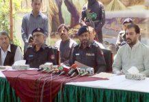 کوئٹہ : ڈپٹی انسپکٹر جنرل عبدالرزاق چیمہ پکڑے گئے ملزمان کے حوالے بریفنگ دے رہے ہیں