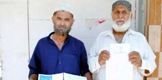 غریب آباد کے رہائشی پریس کلب پر مطالبات کے حق میں مظاہرہ کررہے ہیں