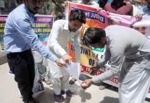 حیدرآباد ،آئی بی اے پاس اساتذہ نوکریوں کی آفرلیٹر نہ ملنے کے خلاف اپنی اسناد پریس کلب کے سامنے احتجاجاً نذرآتش کررہے ہیں