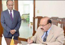 صدر پاک سری لنکا فرینڈ شپ ایسوسی ایشن کوکب اقبال تعزیتی کتاب میں تاثرات درج کررہے ہیں