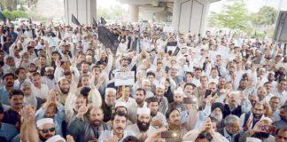 پشاور،پاکستان پیرامیڈیکل ایسوسی ایشن کے تحت مطالبات کی عدم منظوری کیخلاف خیبرپختونخوا اسمبلی کے سامنے احتجاج کیا جارہا ہے