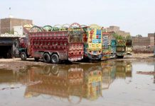 پشاور : سبزی منڈی میں میدان میں پانی جمع ہے جو آمدورفت میں مشکلات اور امراض کا سبب ہے