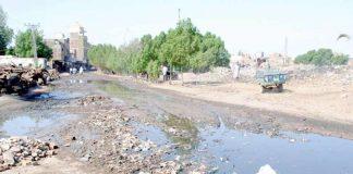 نواحی علاقے میں کچرے کے ڈھیر اور کیچڑ کے باعث علاقہ مکینوں کو شدید مشکلات کا سامنا ہے