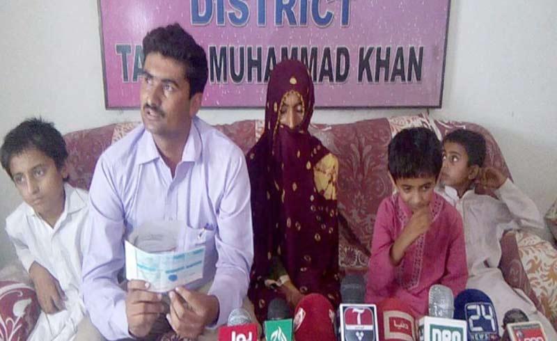 امیر جماعت اسلامی ضلع پشاور عتیق الرحمن پریس کلب میں دعوت قرآن مہم کے حوالے سے پریس کانفرنس کررہے ہیں