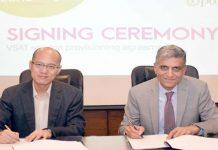 پی ٹی سی ایل کے سعد مظفر اور Li Wenyu ، چیف فنانشل آفیسر زونگ معاہدے پر دستخط کررہے ہیں