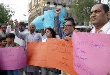 ہیومن رائٹس کونسل آف پاکستان کے اراکین مطالبات کے حق میں مظاہرہ کررہے ہیں