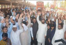 فیصل آباد ،صدرانجمن آڑھتیاں سبزی فروٹ منڈی کے اراکین مارکیٹ کمیٹی کی فیسوں میں اضافے کیخلاف منڈی میں احتجاج کررہے ہیں