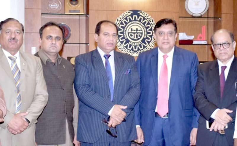 پاکستان اکانومی واچ کے صدر ڈاکٹر مرتضیٰکا گجرات چیمبر کے اراکین کے ساتھ گروپ فوٹو
