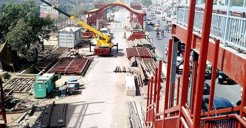 ناگن چورنگی کے قریب گرین لائن بس منصوبے کاکام جاری ہے