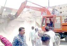 نارتھ ناظم آباد کے علاقے پاپوش نگر میں انسداد تجاوزات کا عملہ کارروائی کر رہا ہے