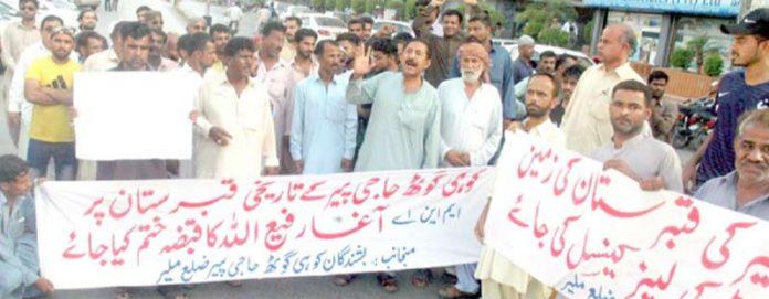 کوہی گوٹھ حاجی پیر ضلع ملیر کے رہائشی پریس کلب کے سامنے اپنے مطالبات کے حق میں احتجاج کر رہے ہیں
