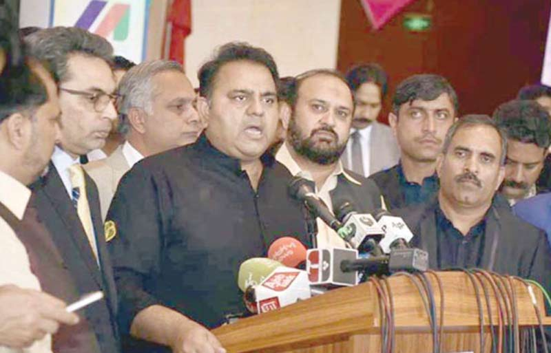 اسلام آباد: وفاقی وزیر اطلاعات فواد چودھری میڈیا سے گفتگو کررہے ہیں