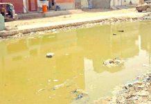 نیو کراچی کالا اسکول کے قریب سڑک سیوریج کے پانی سے بند پڑی ہے