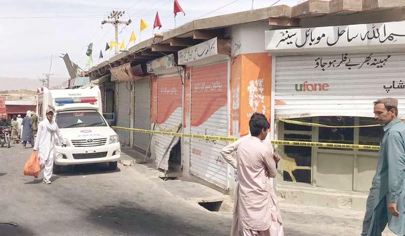 کوئٹہ: مارکیٹ میں ڈکیتی کے بعد سیکورٹی اہلکاروں نے جائے وقوع کو ربن لگا کر بند رکھا رہے