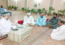 ٹھٹھہ: امیر جماعت اسلامی سندھ محمد حسین محنتی درگاہ پیر غلام شاہ جیلانی کے سجادہ نشین پیر غلامی صوفی سے ملاقات کررہے ہیں