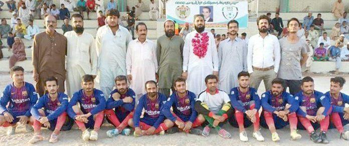 سعید سر حاجی عبداللہ ہارون یادگاری فٹبال ٹورنامنٹ مہمان خصوصی محترم حاجی کاشف کا گزری برادرز کے کھلاڈیوں کے ساتھ گروپ فوٹو