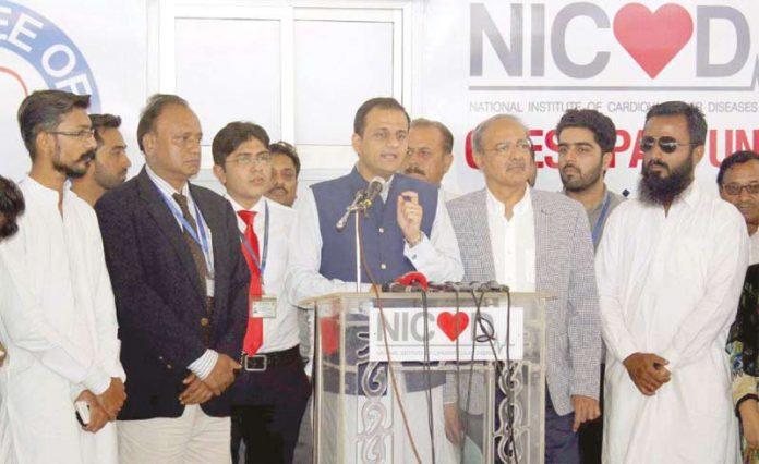 کراچی: مشیر اطلاعات سندھ مرتضی وہاب این آئی سی وی ڈی کے تحت کریم آباد میں چیسٹ پین یونٹ کے افتتاح کے بعدمیڈیا سے گفتگو کررہے ہیں