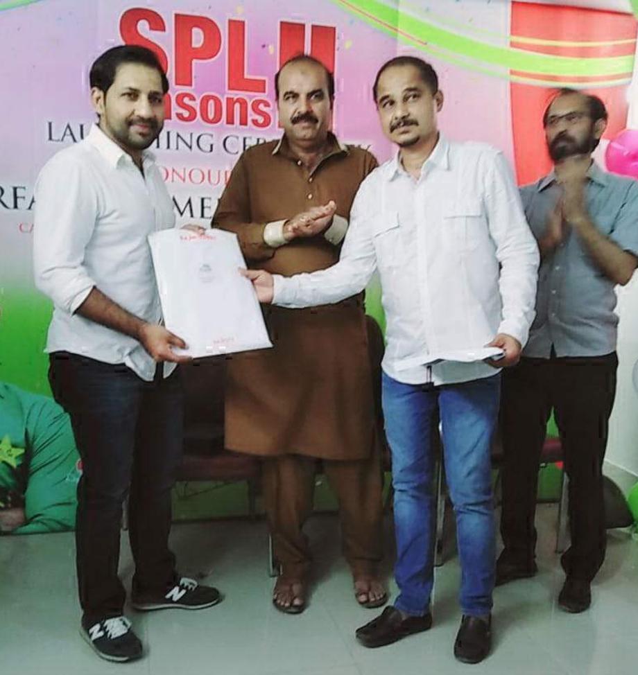 ماف مارکٹنگ کے سی ای او سید سہیل زیدی سادات پریمئر لیگ کی افتتاحی تقریب کے مہمان خصوصی پاکستان کرکٹ ٹیم کے کپتان سرفراز احمد کو پلاٹ کا تحفہ پیش کررہے ہیں