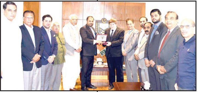 چیک ریپبلک سفارتخانے کے کمرشل کونسلر مائیکل بوبک کو صدر اسلام آباد چیمبر احمد حسن مغل شیلڈ پیش کررہے ہیں