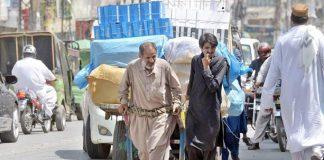 راولپنڈی،ضعیف محنت کش سامان سے لدی ہتھ گاڑی مارکیٹ کی جانب لے جارہاہے