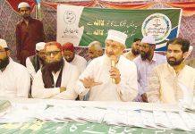 نوری آباد: جماعت اسلامی سندھ کے امیر محمد حسین محنتی شہریوں سے گفتگو کررہے ہیں