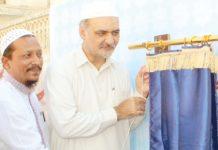 امیر جماعت اسلامی کراچی حافظ نعیم الرحمن اورنگی ٹاؤن میں تختی کی نقاب کشائی کرکے جامعۃ الایمان کی عمارت کا سنگ بنیاد رکھ رہے ہیں