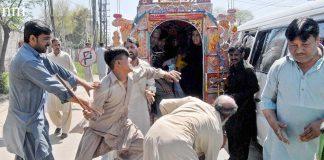 راولپنڈی،پیٹرول مہنگا ہونے کی وجہ سے زائد کرایہ وصولی کیلیے کنڈیکٹر اور مسافر میں جھگڑا ہورہا ہے