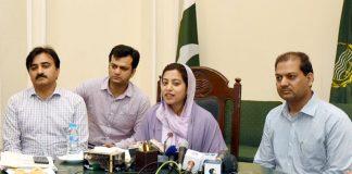 لاہور: ڈپٹی کمشنر صالحہ سعید 22 پیٹرول پمپس کی نیلامی کی تفصیلات سے میڈیا کو آگاہ کررہی ہیں