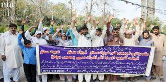 لاہور،ضلع اوکاڑہ کے رہائشی تھانہ بصیرپور پولیس کے خلاف پریس کلب کے سامنے احتجاج کررہے ہیں
