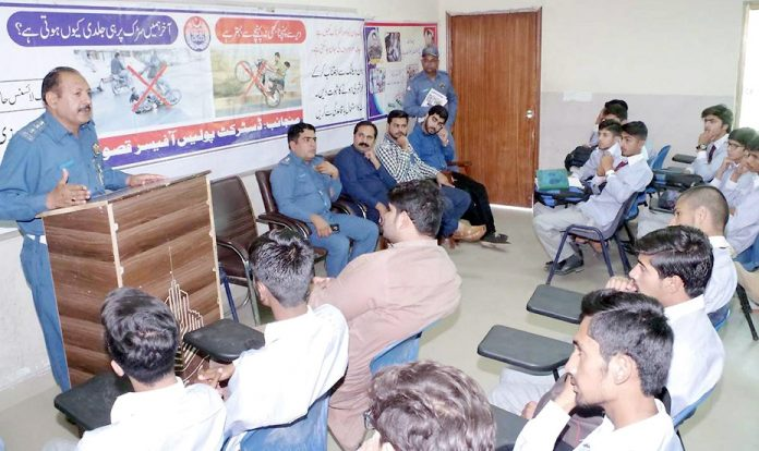 قصور،انسپکٹر ٹریفک پولیس جمیل ساجد ٹریفک آگاہی کے حوالے سے منعقدہ سیمینار سے خطاب کررہے ہیں
