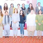 کار انداز بورڈ کی چیئرپرسن ڈاکٹر شمشاد اختر ،ڈی ایف آئی ڈی پاکستان کی سربراہ جوانا ریڈ ودیگر کا معاہدے کے موقع پر گروپ