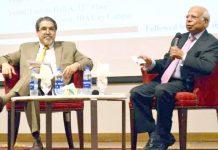 وزیراعظم کے مشیر ڈاکٹر عشرت حسین جدید سندھ کی معیشت پر کتاب کے حوالے سے تبادلہ خیال کر رہے ہیں