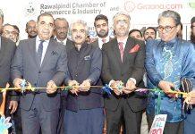 صوبائی وزیر محمداسلم اقبال،صدر راولپنڈی چیمبر کے ساتھ راول ایکسپو کا افتتاح کررہے ہیں
