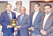 کاٹی کے صدر دانش خان سری لنکا کے قونصل جنرل جی ایل گننا تھیوا کو کاٹی کی شیلڈ پیش کر رہے ہیں