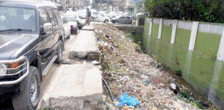 راولپنڈی : شاہراہ مری کے کنارے کھلے ہوئے نالے پر کچرے کا ڈھیر پڑا ہوا ہے جو انتظامی نااہلی کا منہ بولتا ثبوت ہے