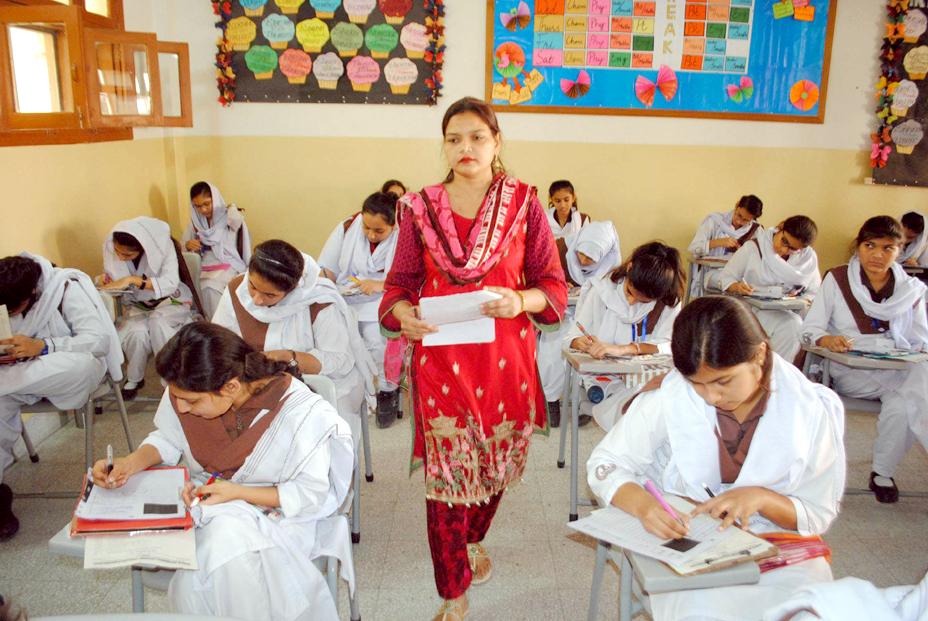 میٹرک کے امتحانی مرکز میں طالبات پرچہ حل کررہی ہیں