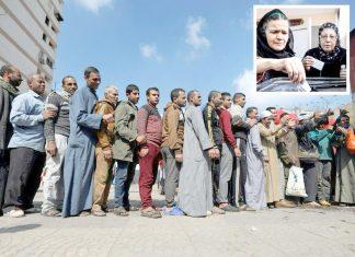 مصر میں متنازع آئینی ترمیم سے متعلق ریفرنڈم میں شہری رائے دہی کے لیے قطار میں کھڑے ہیں