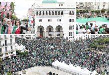 الجزائر کے شہری سابق صدر کے مقرب افراد کو عہدوں سے ہٹانے کے لیے دارالحکومت میں مظاہرہ کررہے ہیں