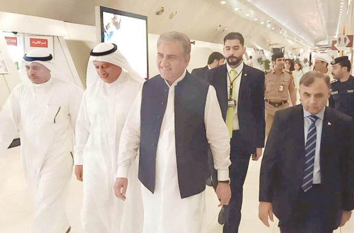 کویت: وزیر خارجہ شاہ محمود قریشی کویتی سفیر کے ہمراہ ائرپورٹ سے باہر آرہے ہیں