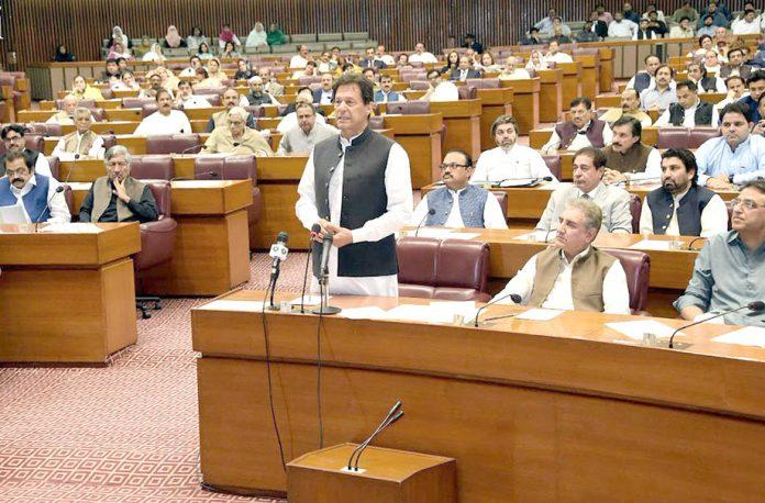 اسلام آباد:وزیر اعظم عمران خان 26ویں آئینی ترمیم کی منظوری کے موقع پرقومی اسمبلی کے اجلاس سے خطا ب کر رہے ہیں