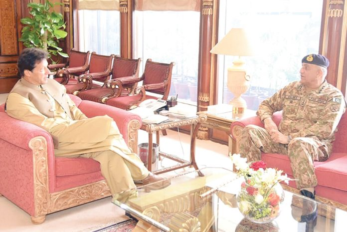 اسلام آباد: وزیراعظم عمران خان سے آرمی چیف جنرل قمر جاوید باجوہ ملاقات کررہے ہیں