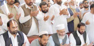 اسلام آباد: امیر جماعت اسلامی پاکستان سینیٹر سراج الحق فرشتہ کے والد گل نبی سے تعزیت کے بعد دعائے مغفرت کررہے ہیں