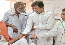 سرگودھا: وزیراعظم عمران خان سرکاری اسپتال کے دورے میں مریض کی عیادت کررہے ہیں