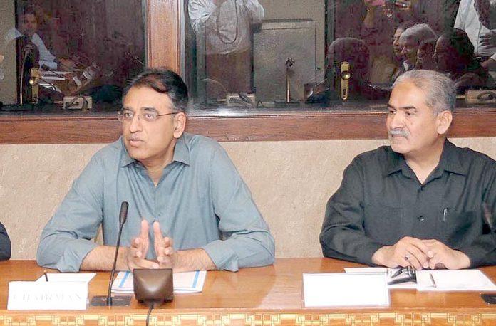 اسلام آباد:اسد عمر قائمہ کمیٹی برائے خزانہ کے چیئرمین منتخب ہونے کے بعد اجلاس سے خطاب کر رہے ہیں