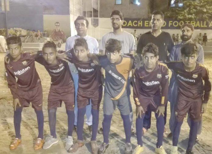 فیس لیاری رمضان یوتھ فٹبال ٹورنامنٹ میں شریک ٹیم کا مہمان خصوصی کے ساتھ گروپ فوٹو