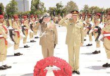 راولپنڈی: پاک فوج کے سربراہ قمر باجوہ پولینڈ فوج کے سربراہ جنرل جاروسلوف میکا کے ساتھ یادگار شہدا پر سلامی دے رہے ہیں