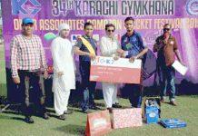 کراچی جم خانہ رمضان عمر ایسوسی ایٹس کرکٹ فیسٹیول میچ میں مہمان خصوصی سید غضنفر آغا رکن بیلٹنگ کمیٹی کراچی جیم خانہ ہیروز سی سی کے عامر سہیل کو مین آف دی میچ ایوارڈ پیش کررہے ہیں